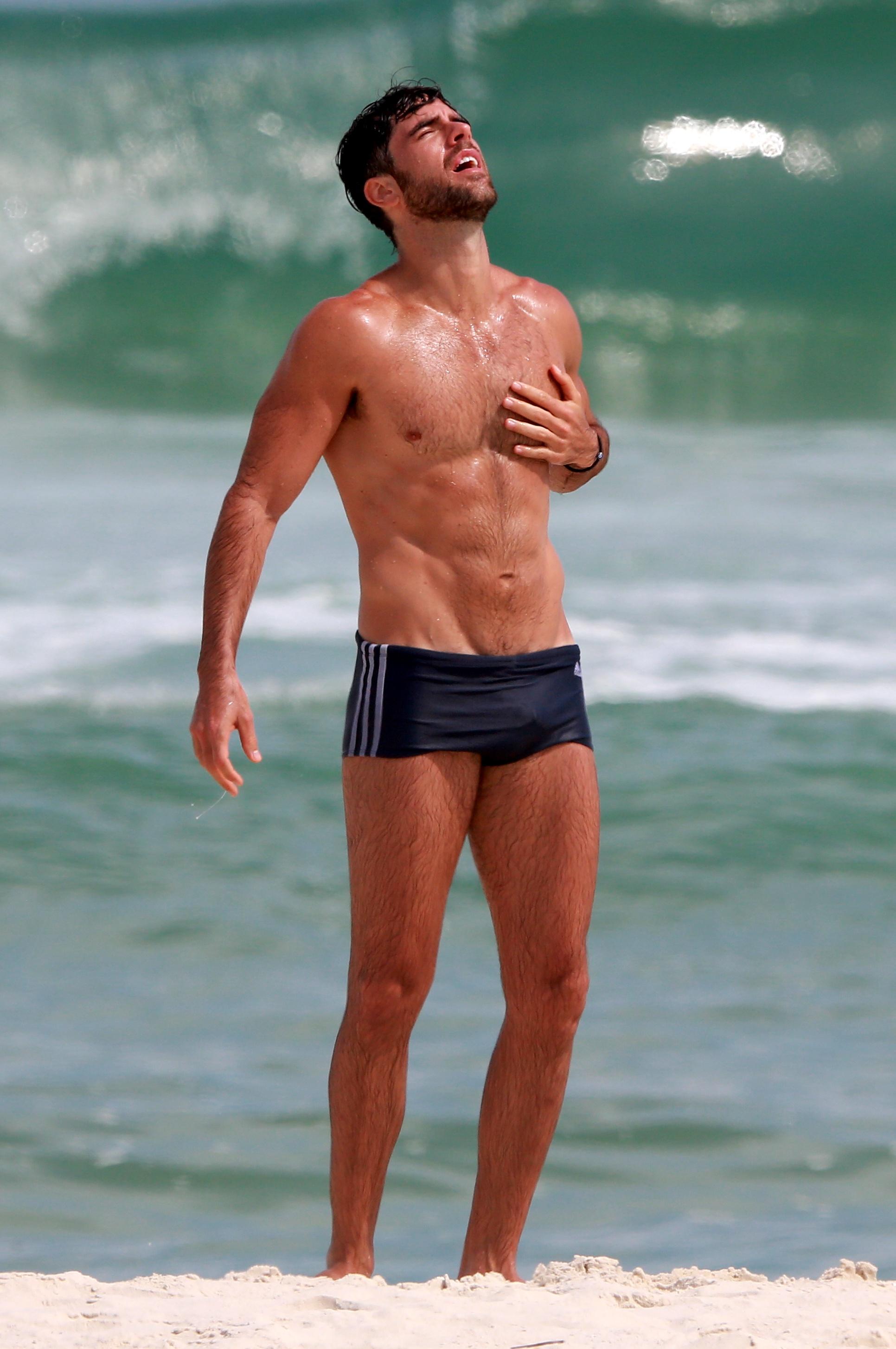 bb5787ea6 Marcos Pitombo choca internet com corpo sarado em praia do Rio ...